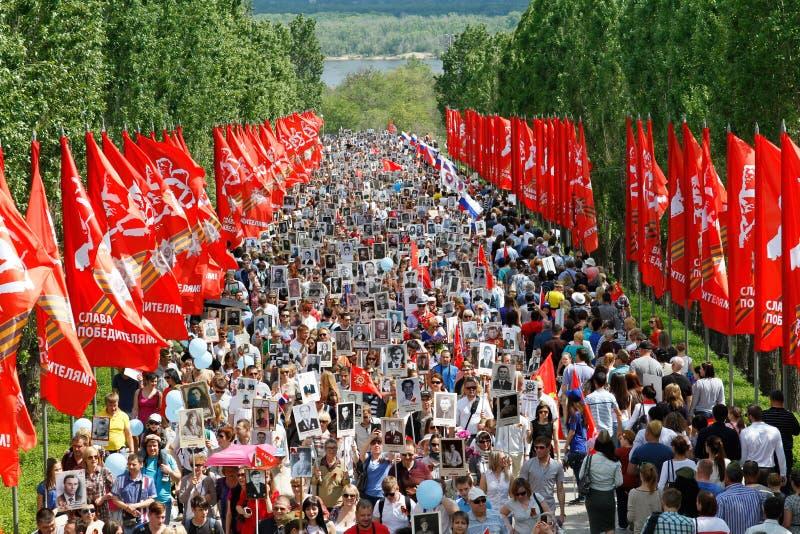 Optocht van plaatselijke bevolking met foto's van hun verwanten in Onsterfelijk Regiment op jaarlijkse Victory Day op Mamaev-Heuv royalty-vrije stock foto