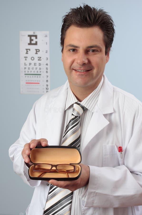Optométriste avec des lunettes images stock