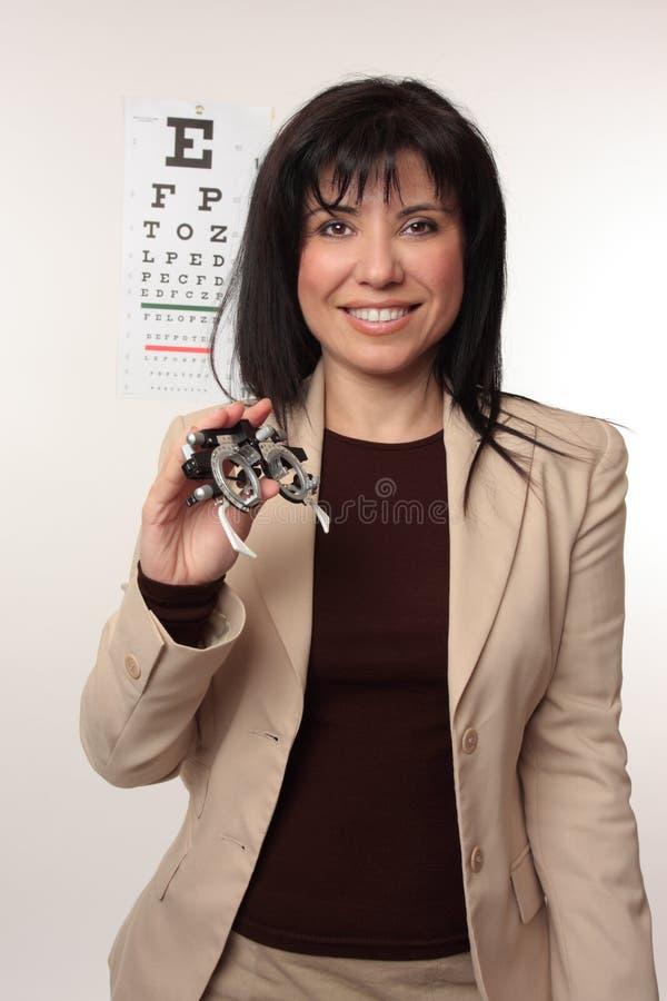 Optométriste avec les trames d'essai images stock