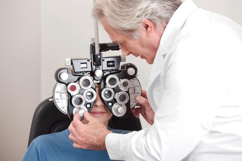 Optométriste faisant l'essai de vue image libre de droits