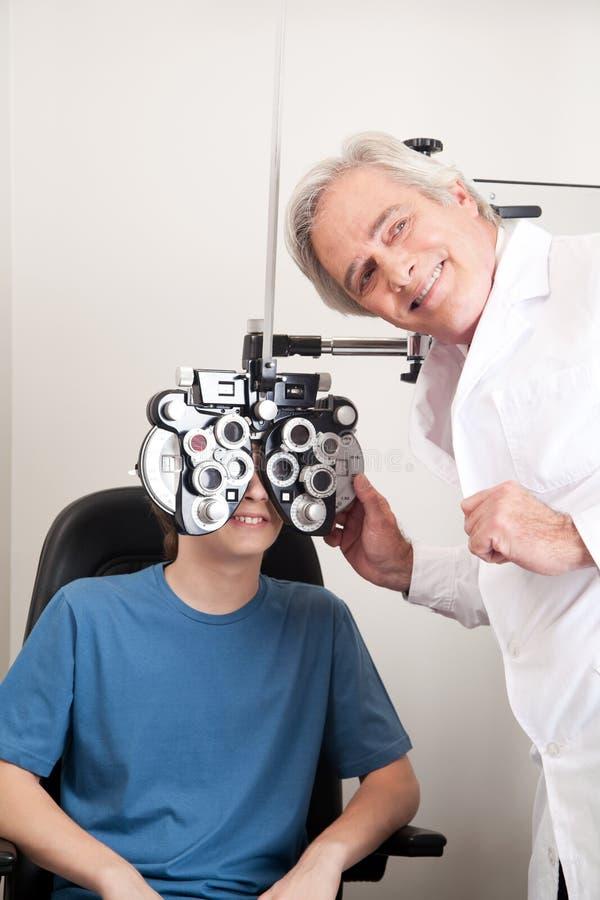 Optométriste faisant l'essai de vue photographie stock libre de droits
