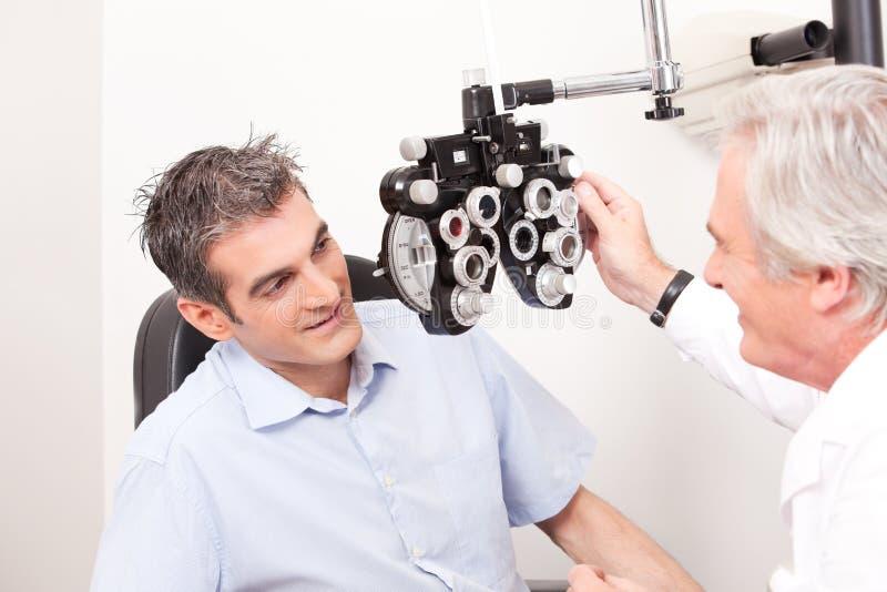 Optométriste faisant l'essai de vue photos libres de droits