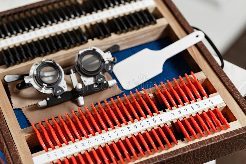 Optometriekonzept Reagenzröhrchen phoropter mit Linsensatz für Augenanblick-Visionsprüfung oder Prüfungen in der Klinik lizenzfreies stockbild