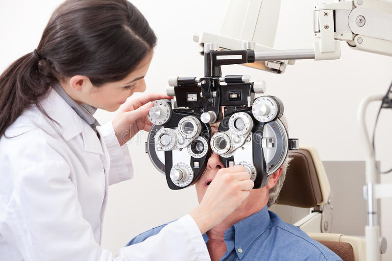Optometriker Doing Sight Testing royaltyfri foto