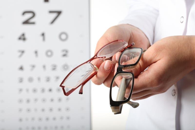 Optometriker med exponeringsglas royaltyfri bild