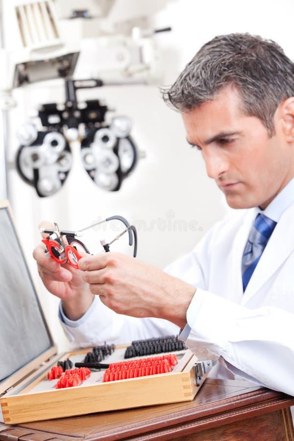 Optometrist εκμετάλλευση που μετρά τα γυαλιά ματιών στοκ φωτογραφία