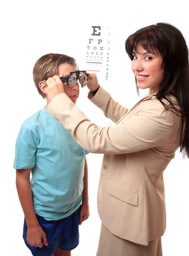Optometrist com criança imagem de stock
