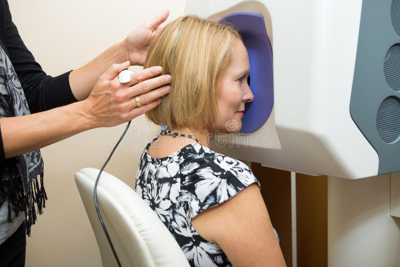 Optometrist Przystosowywa pacjent głowę Dla Siatkówkowego zdjęcia royalty free