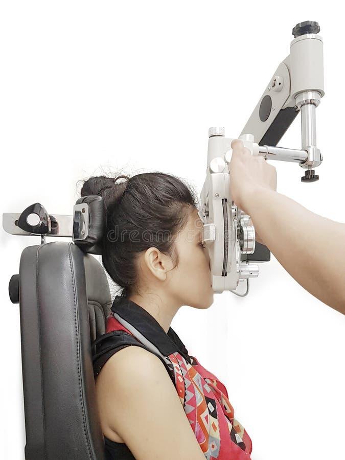 Optometrist robi celowniczemu testowi dla jej pacjenta zdjęcie royalty free