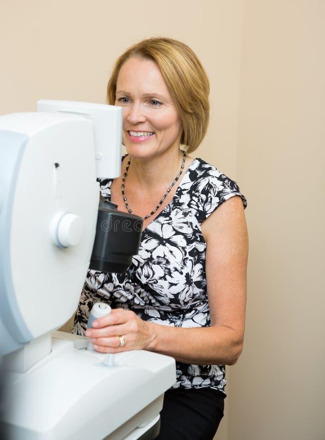 Optometrist Używa Cyfrowej siatkówki kamerę obrazy stock