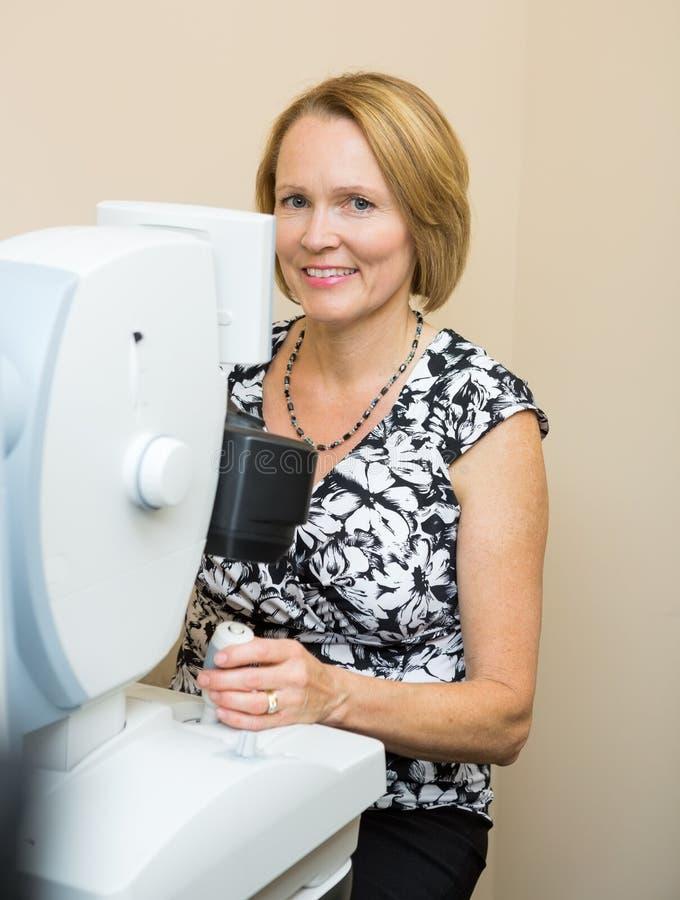 Optometrist Używa Cyfrowej siatkówki kamerę fotografia royalty free