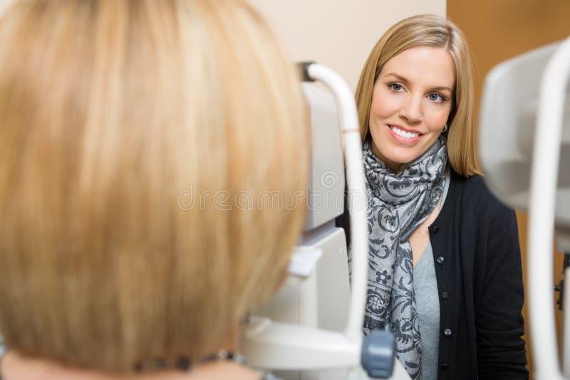 Optometrist Używa Tonometer obrazy stock