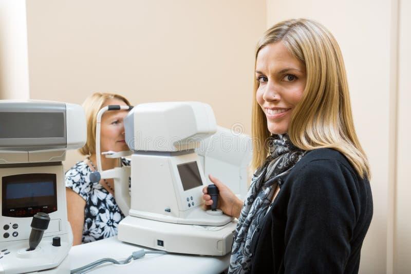Optometrist Używa Tonometer Mierzyć pacjentów obraz royalty free