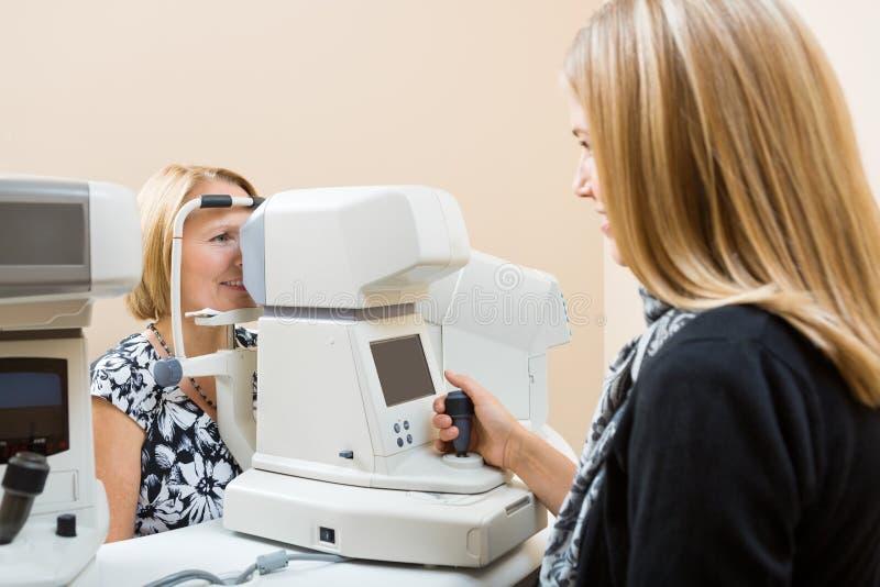 Optometrist Używa Tonometer Mierzyć pacjentów fotografia stock