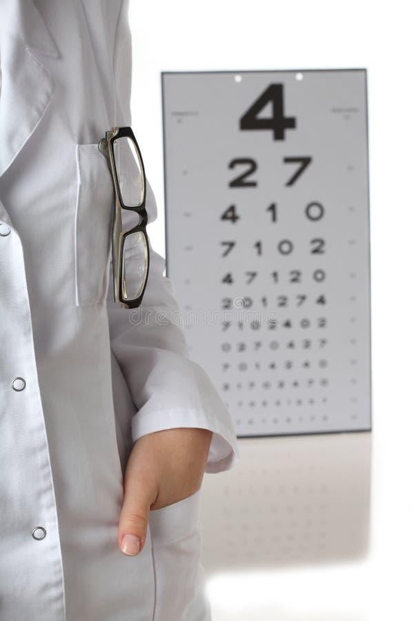 Optometrista con il diagramma di occhio fotografia stock libera da diritti