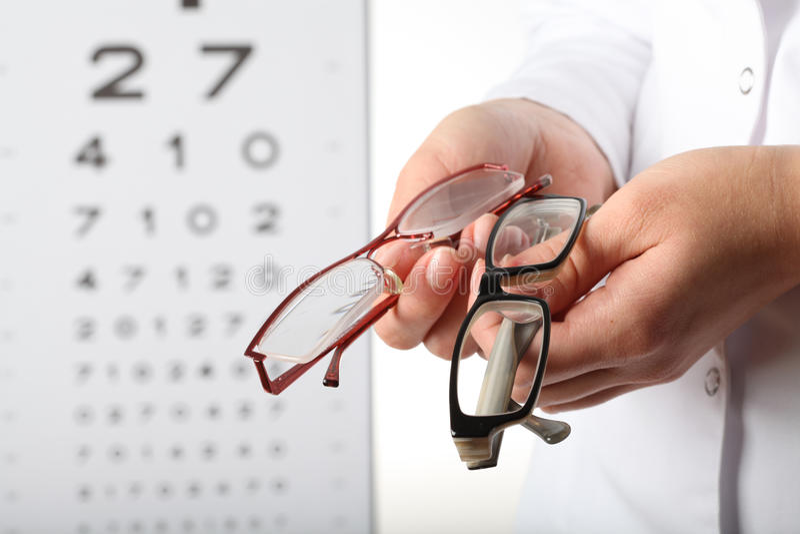 Optometrista con los vidrios imagen de archivo libre de regalías