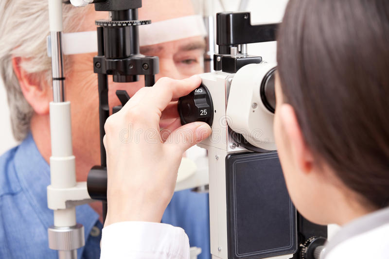 Optometrista Doing Sight Testing imagens de stock royalty free