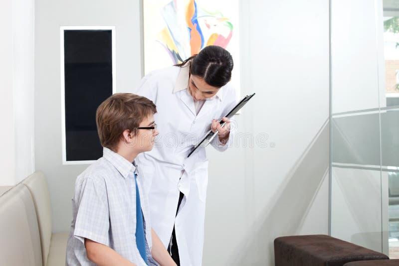 Optometrista e paziente femminili fotografia stock