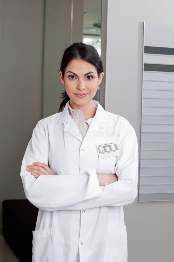 Optometrista femminile With Arms Crossed fotografia stock libera da diritti