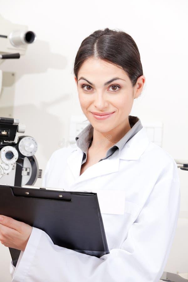 Optometrista femminile in clinica fotografie stock libere da diritti