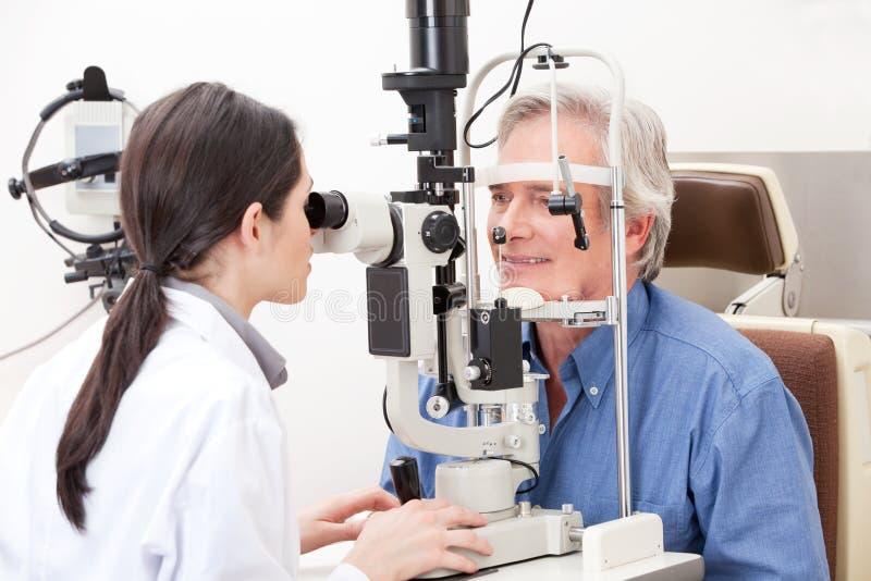 Optometrista que faz testes da vista imagem de stock royalty free