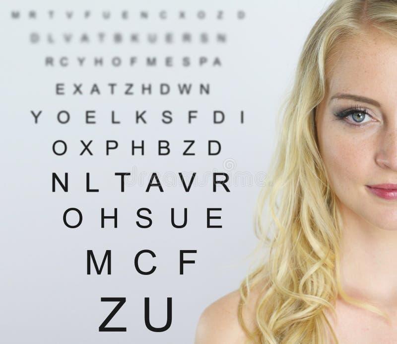Optometry - stående av en härlig kvinna royaltyfria bilder