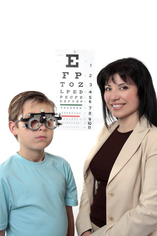 Optometstrist givine Augenprüfung stockbild