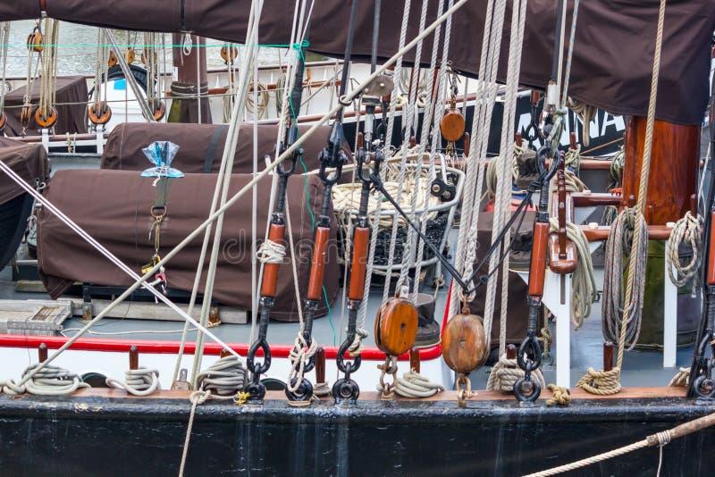 Optuigen en details van uitrusting van zeeschepen van zeilbootclose-up - kabels, katrol stock foto's