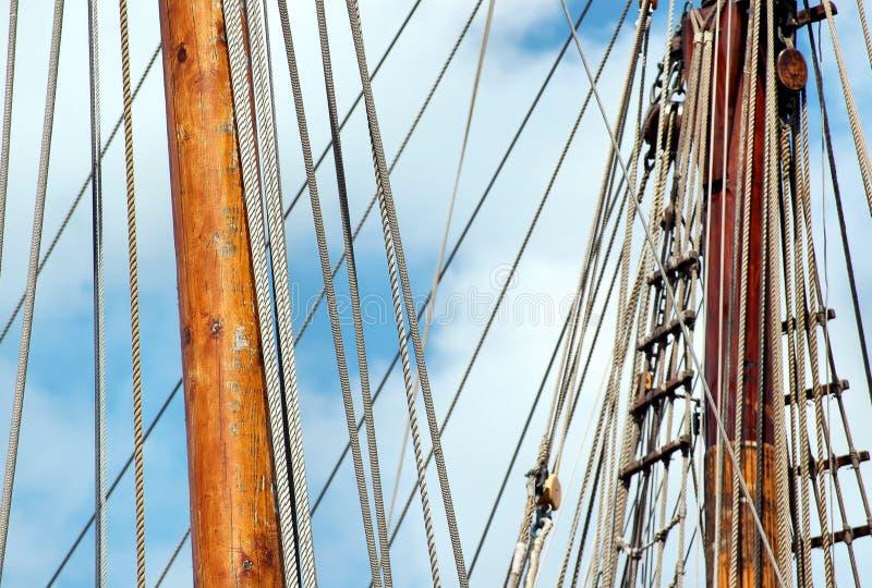 Optuigen en kabels op zeilboot stock foto's
