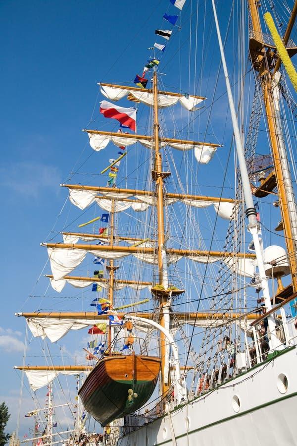 Optuigen van groot varend schip stock afbeeldingen