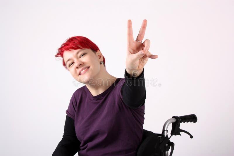 Optymistycznie dziewczyna w wózek inwalidzki zdjęcia stock
