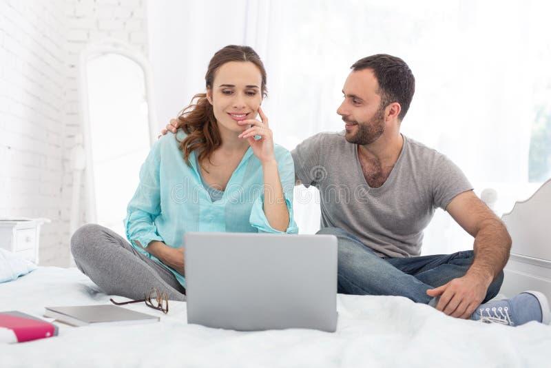 Optymistycznie kobieta w ciąży i mężczyzna widzii wideo fotografia stock