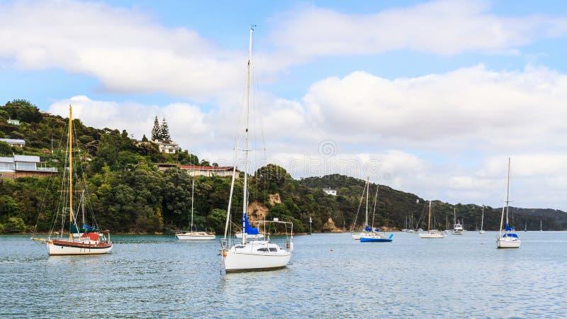 Opua, un ancrage scénique de bateau dans la baie des îles, Nouvelle-Zélande photographie stock
