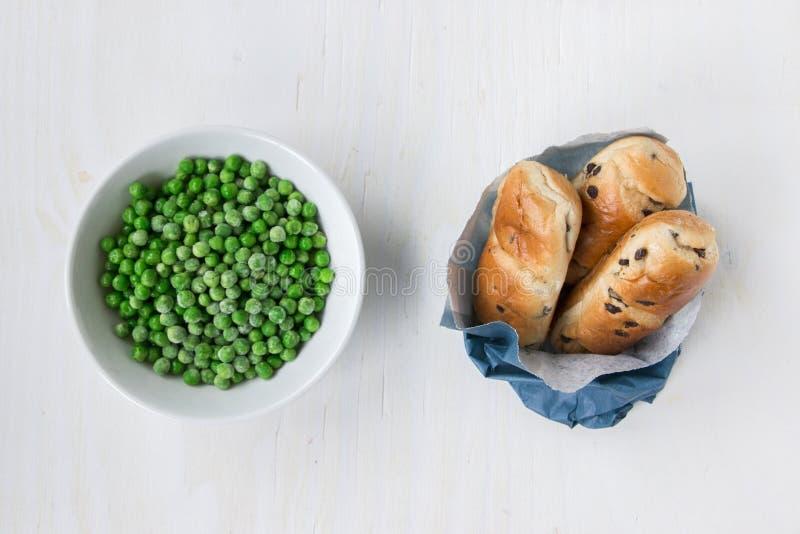 Opuesto: malsano contra la comida sana fotografía de archivo