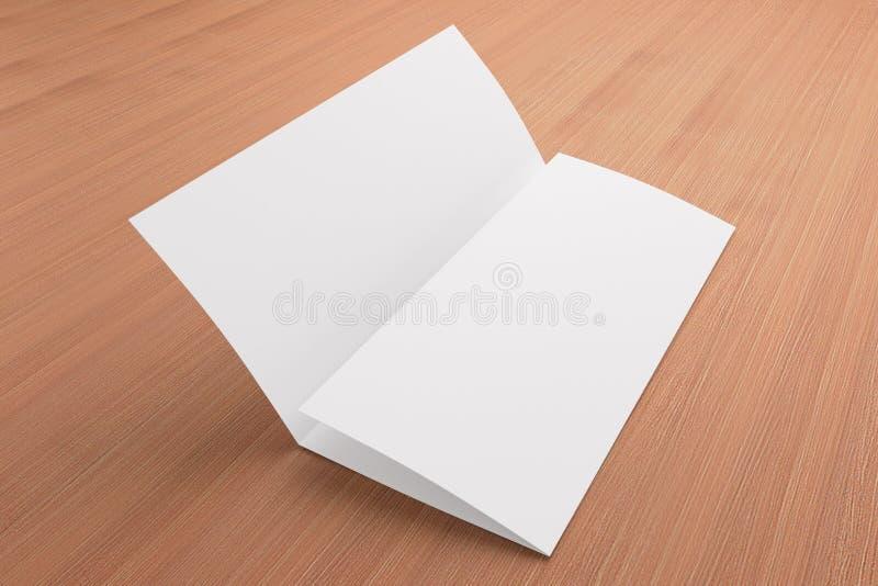 Opuscolo ripiegabile in bianco su fondo di legno fotografia stock