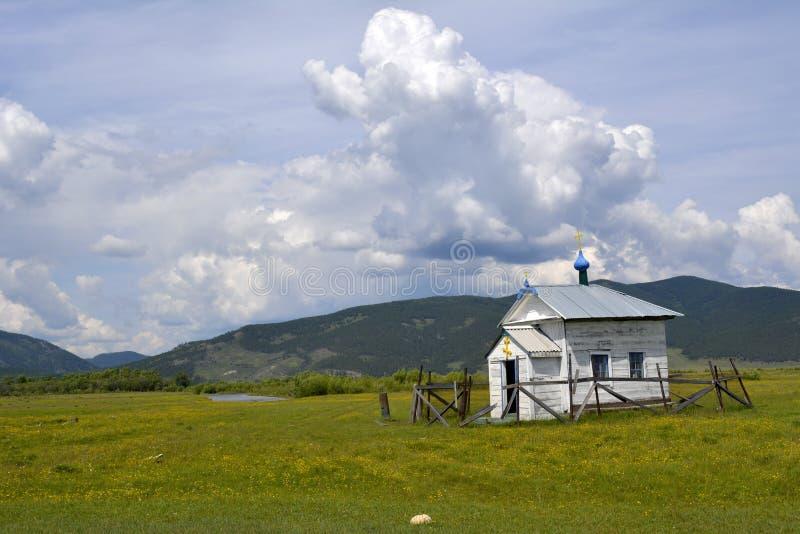 Opustoszała kaplica w górach Baikal region obraz stock