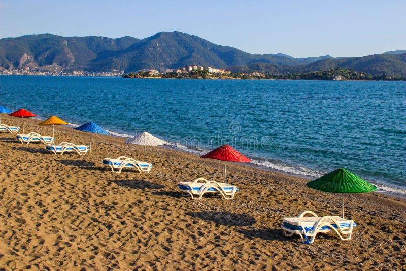 Opustoszała plaża przy zmierzchem z kolorowymi parasolami Morze Śródziemnomorskie w Fethiye, zdjęcia stock