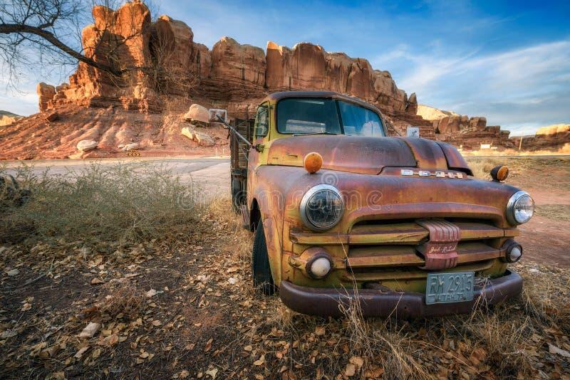 Opustoszały Dodge pickup pojazd parkujący w blefie, Utah fotografia stock