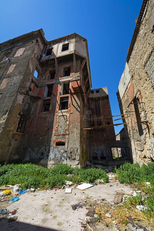 Opustoszali bieg puszka budynki w Piraeus, Grecja obrazy stock