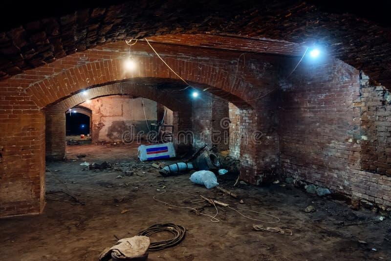 Opuszczona pusta, ciemna piwnica podziemna obrazy royalty free