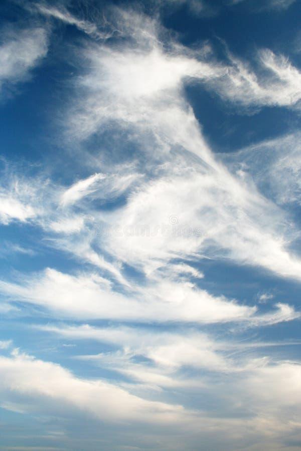 Opvallende blauwe hemelen en wolken stock afbeeldingen