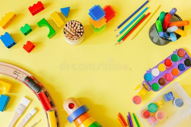 Opvangconcept - kunstlevering en speelgoed op heldere achtergrond stock fotografie