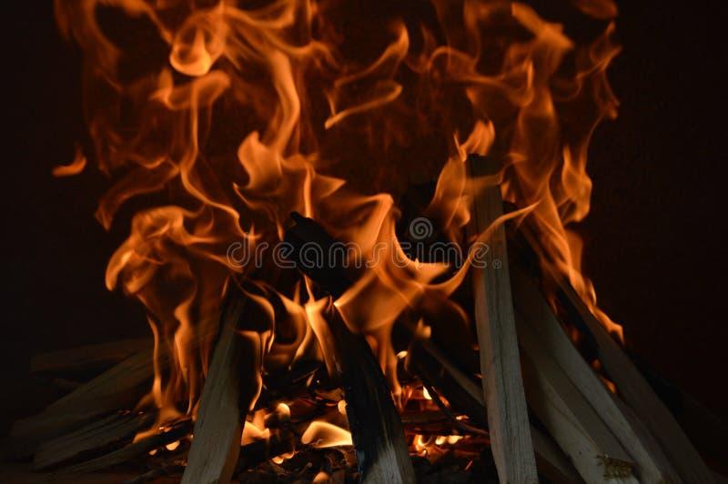 Opvlammende houten brand stock fotografie