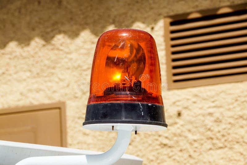 Opvlammende noodsituatie lichte sirene opgezet op een auto stock afbeeldingen