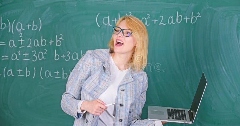 Opvoeder slimme slimme dame met moderne laptop die de achtergrond van het informatiebord zoeken Leer het gemakkelijke manier Vrou royalty-vrije stock foto