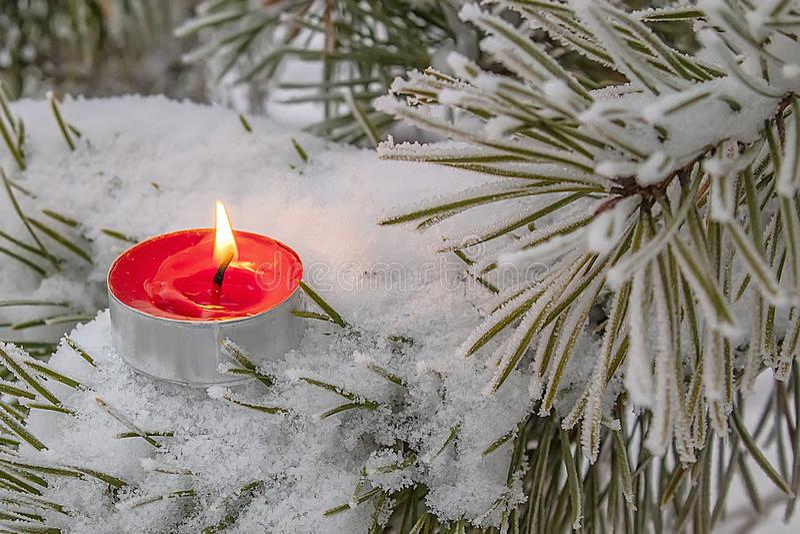 Opwarming in de koude winters onder een warm kaarslicht royalty-vrije stock foto
