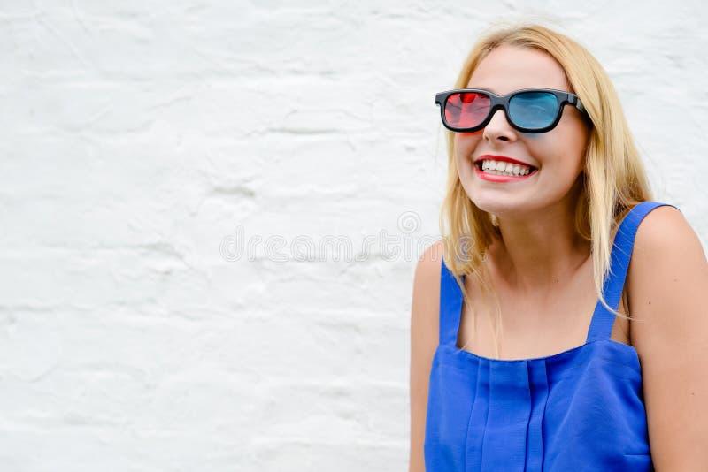 Opwekkend mooie jonge vrouw het letten op film met 3D glazen, het blije vooruit kijken Portretclose-up stock foto's