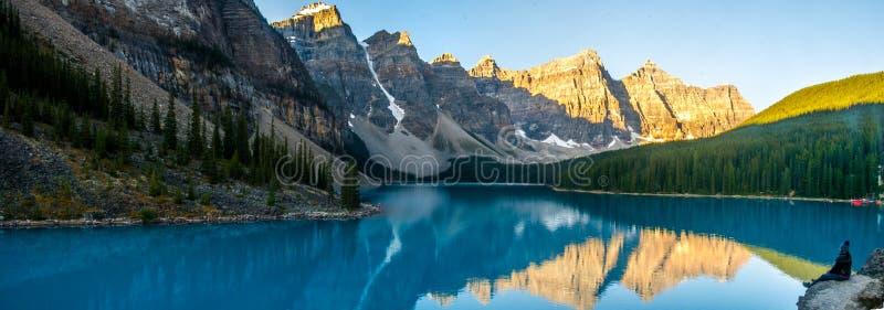 Opwindende mening van Morenemeer en bergketen in Rocky Mountains royalty-vrije stock afbeeldingen