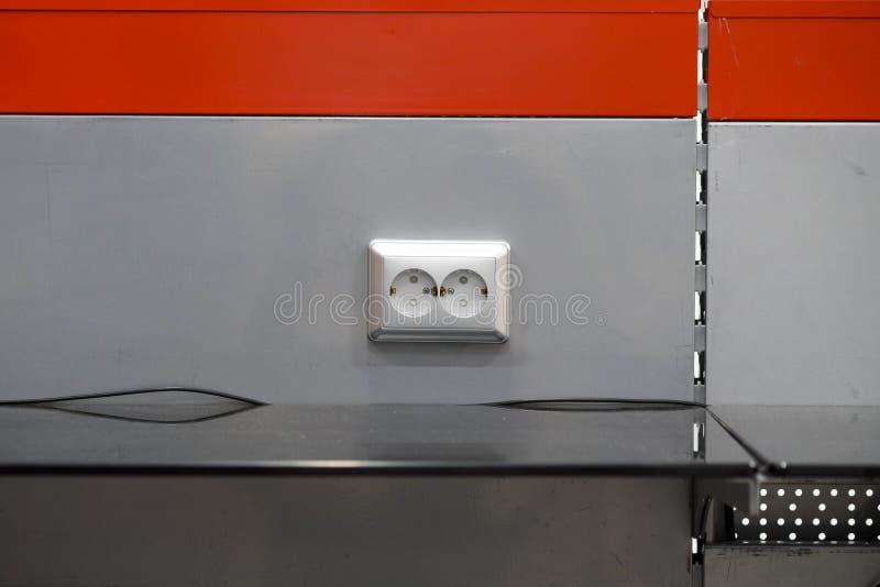 Opzettend contactdozen, installeer AC afzet met schroevedraaier stock fotografie
