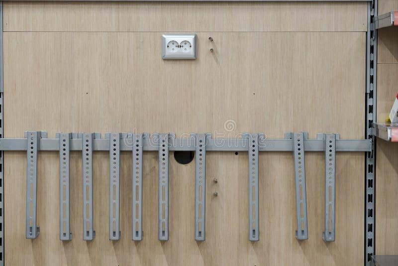 Opzettend contactdozen, installeer AC afzet met schroevedraaier stock foto